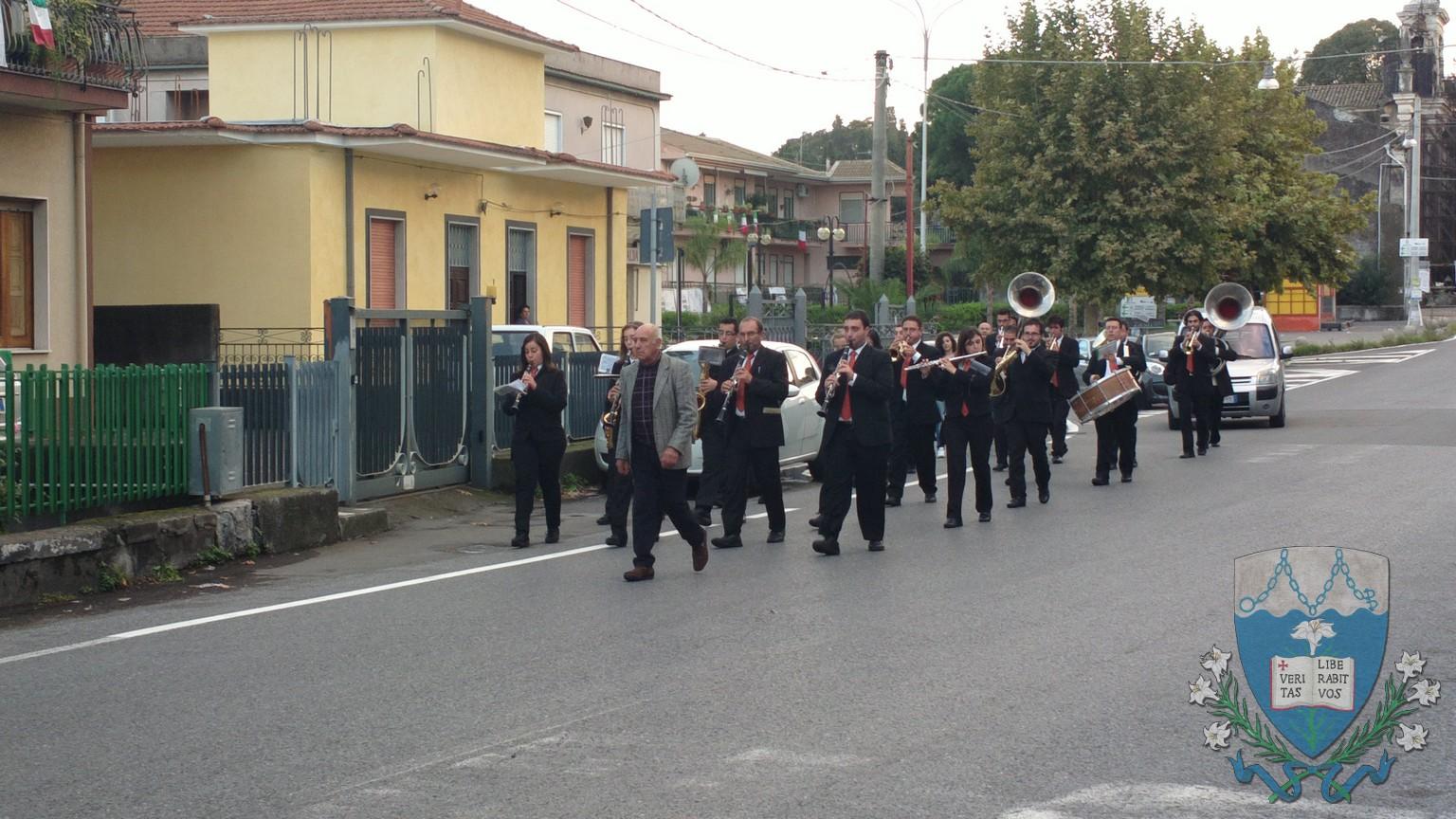 La banda fa il suo ingresso nel paese inaugurando lo spirito festoso della giornata.
