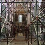 Gli interni della chiesa con la vistosa inferriata.