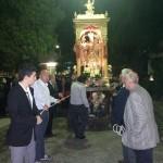 Particolare di alcuni fedeli che portano in processione il fercolo con il simulacro.